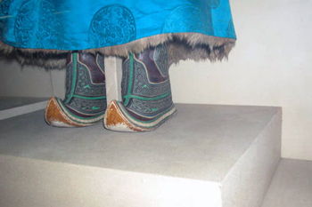 Mongolian Boots - reason for upturned toe